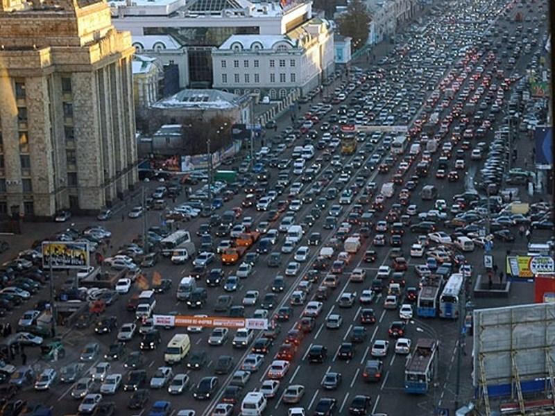 В транспортных проблемах города Медведев винит старые дороги и новые машины