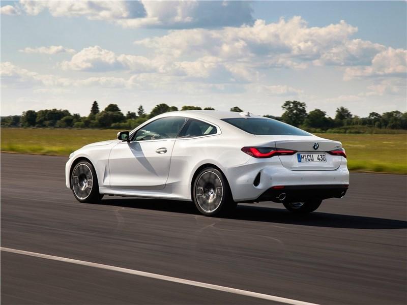 BMW 4-Series Coupe 2021 вид сбоку сзади