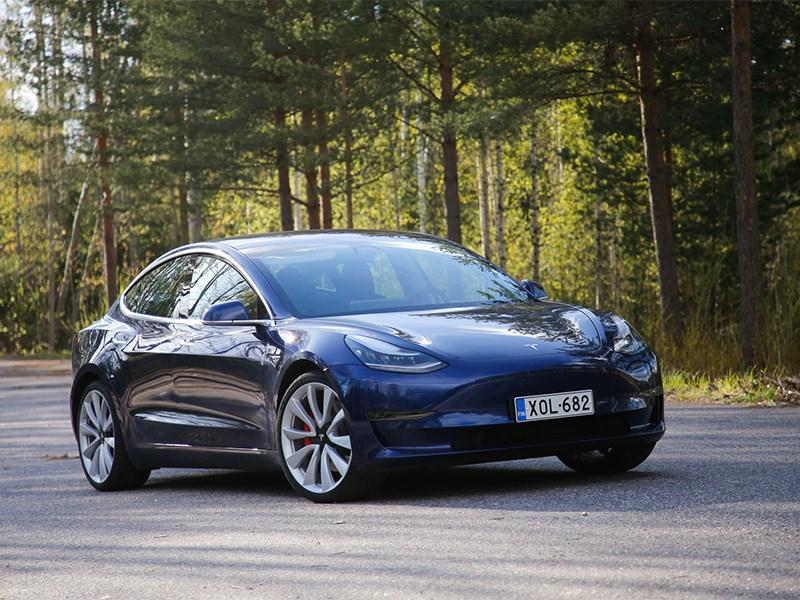 Водитель Tesla лишился прав за регулировку стеклоочистителей