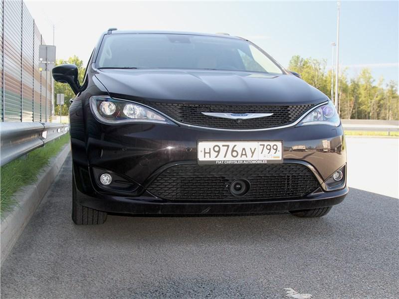 Chrysler Pacifica 2021 вид спереди
