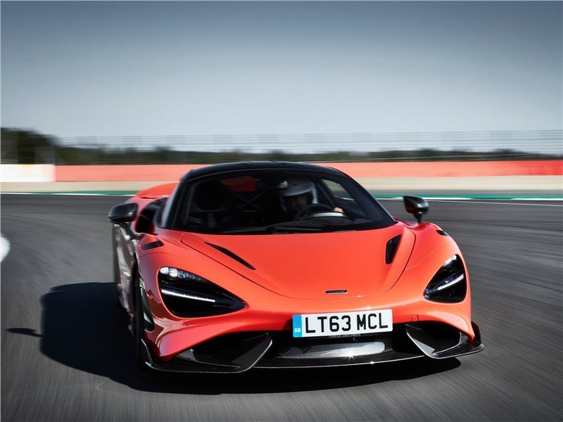 McLaren 765LT (2021) вид спереди
