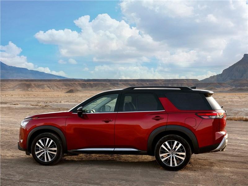 Nissan Pathfinder (2022) вид сбоку