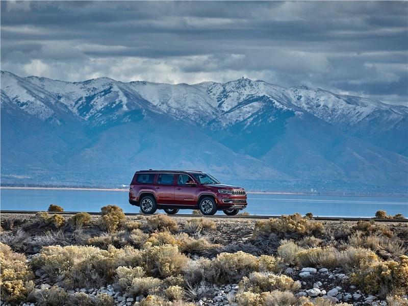 Jeep Wagoneer (2022) вид сбоку