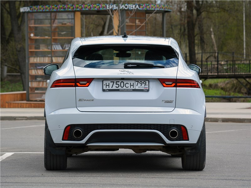 Jaguar E-Pace (2018) вид сзади
