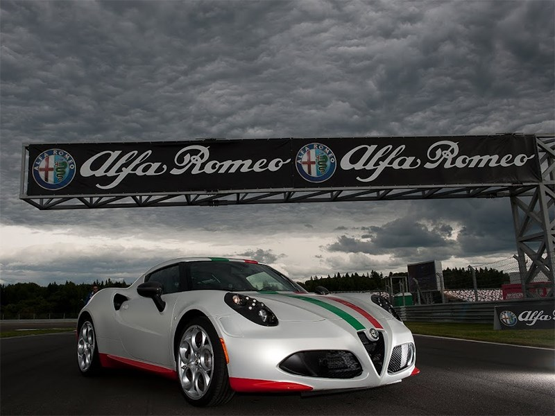 Alfa Romeo 4C 2013 вид спереди фото 3
