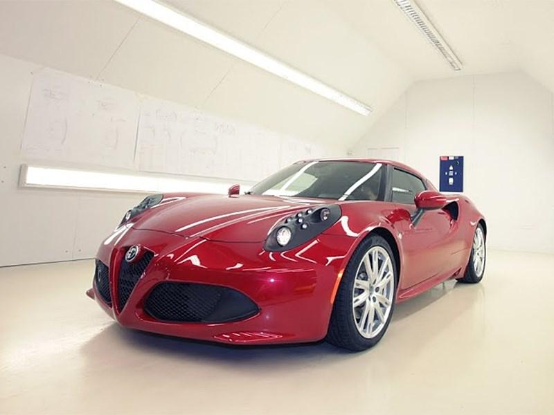 Alfa Romeo 4C 2013 вид спереди фото 4
