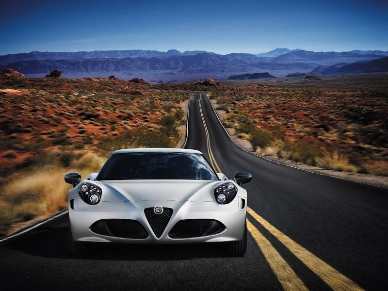 Alfa Romeo 4C 2013 вид спереди фото 5