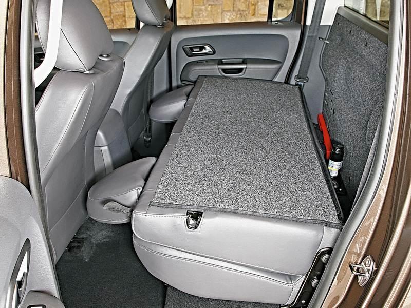 Volkswagen Amarok 2010 предоставляет возможность сложить спинку заднего сиденья