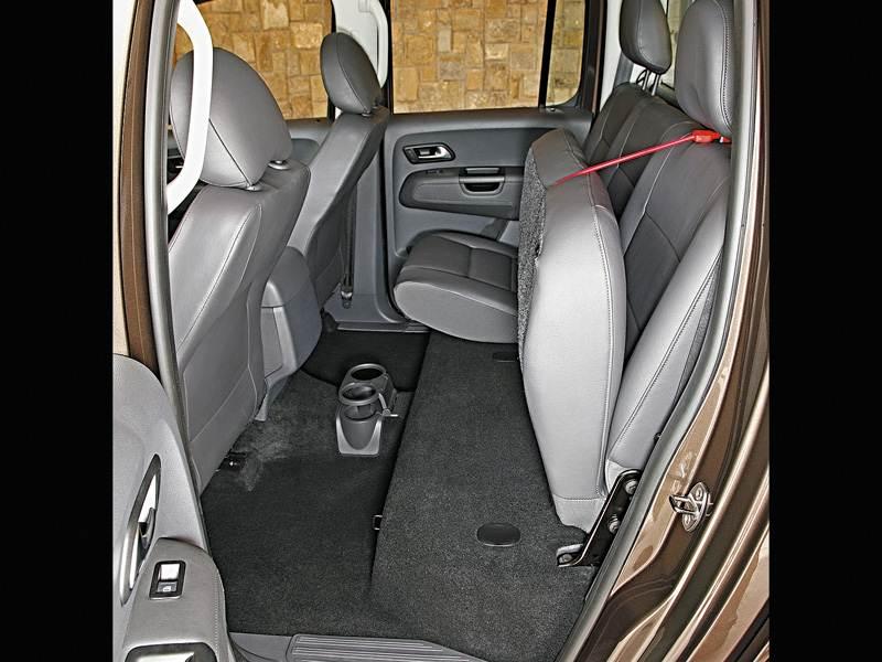 Volkswagen Amarok 2010 предоставляет возможность поднять подушку заднего сиденья