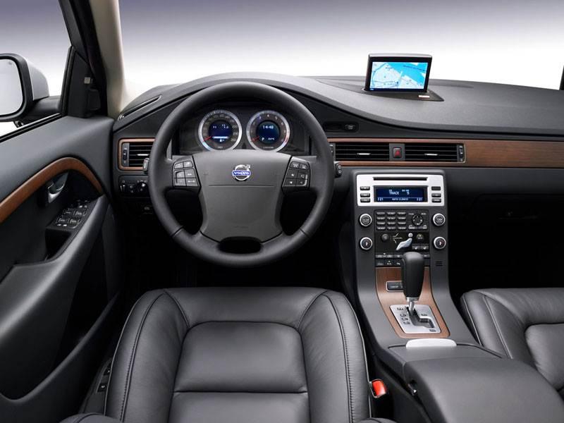 Volvo V70 2007 в некоторых исполнениях имел кожу и дерево в отделке интерьера