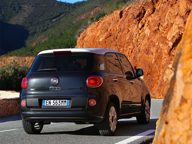 Fiat 500L 2014 вид сзади