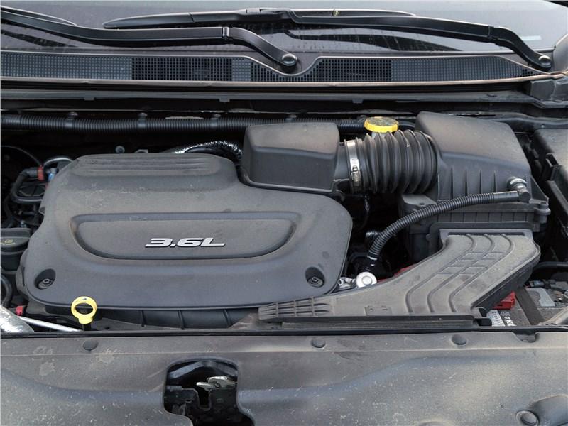 Chrysler Pacifica 2017 моторный отсек