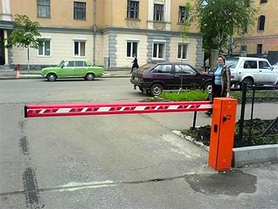 Власти Москвы не будут сносить установленные во дворах шлагбаумы