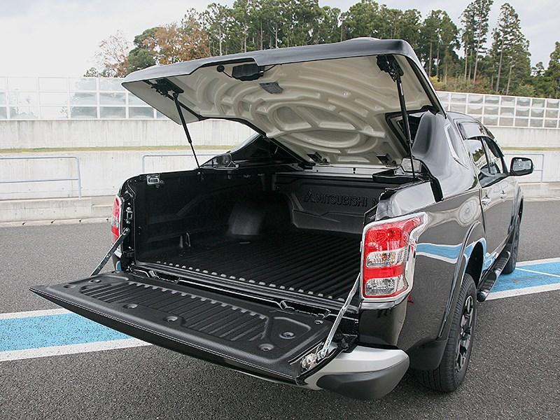 Mitsubishi L200 2015 вид сзади с открытым грузовым отсеком