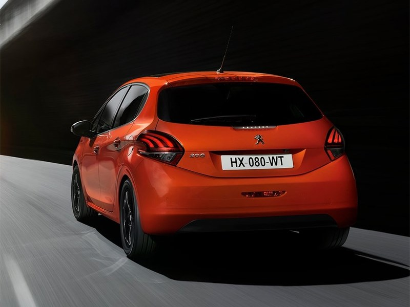 Peugeot 208 2016 вид сзади