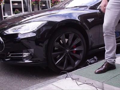 Компания Pavegen показала, как при помощи ходьбы зарядить электрокар Tesla Model S