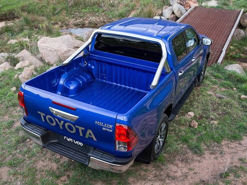 Toyota HiLux 2016 вид сзади