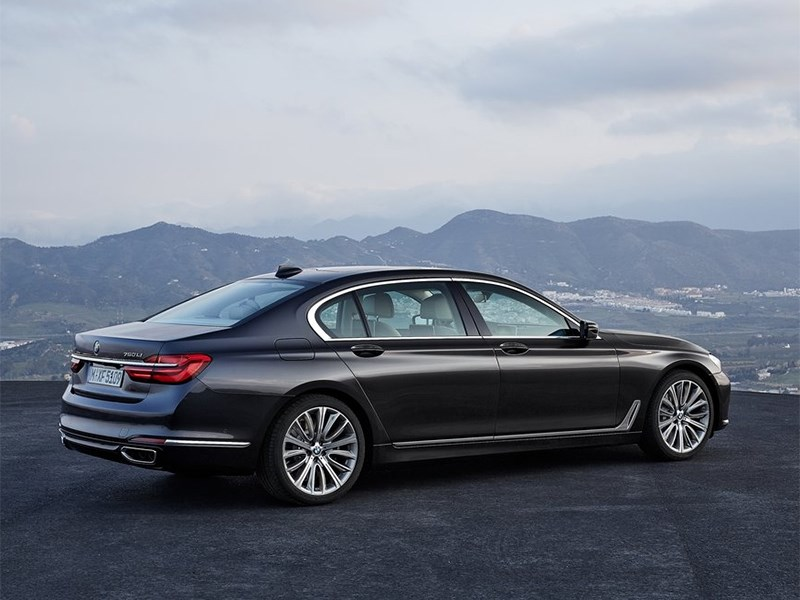 BMW 7-Series 2016 вид сбоку сзади