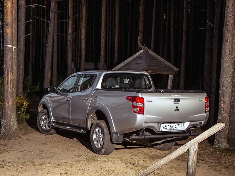 Mitsubishi L200 2015 вид сзади