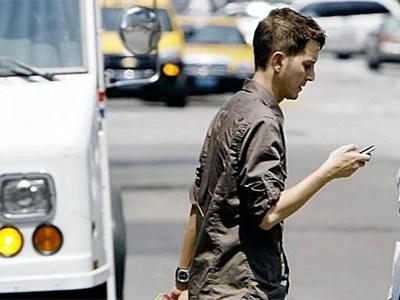 Штраф за разговор по мобильному телефону распространится и на пешеходов