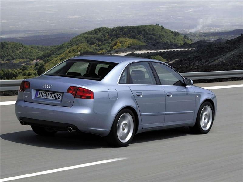 Audi A4 2005 вид сзади