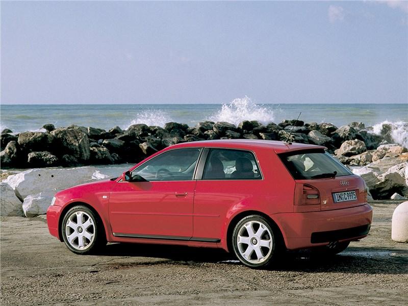Audi S3 1999 вид сбоку сзади