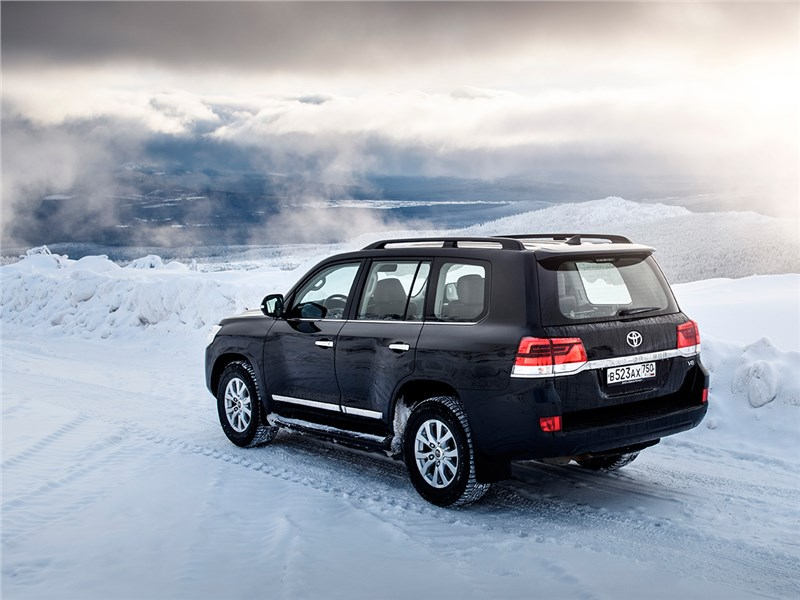 Toyota Land Cruiser 2016 вид сзади