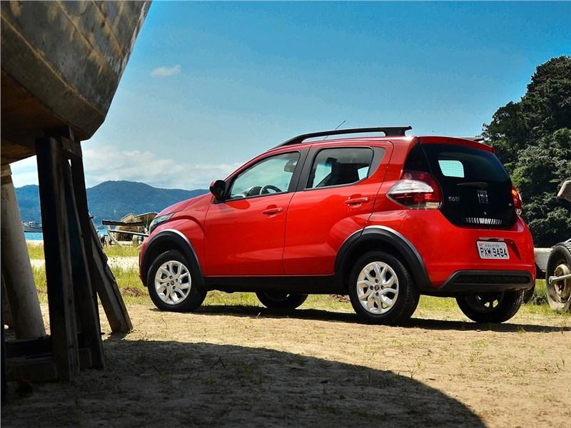 Fiat Mobi 2017 вид сбоку сзади