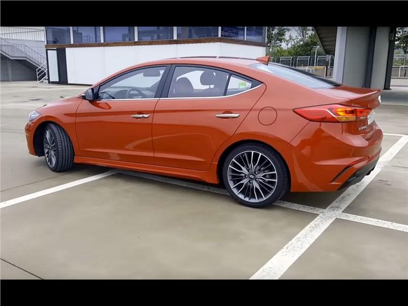 Hyundai Elantra Sport 2017 вид сбоку сзади