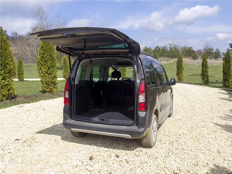 Peugeot Partner Tepee 2016 вид сзади с открытой задней дверью