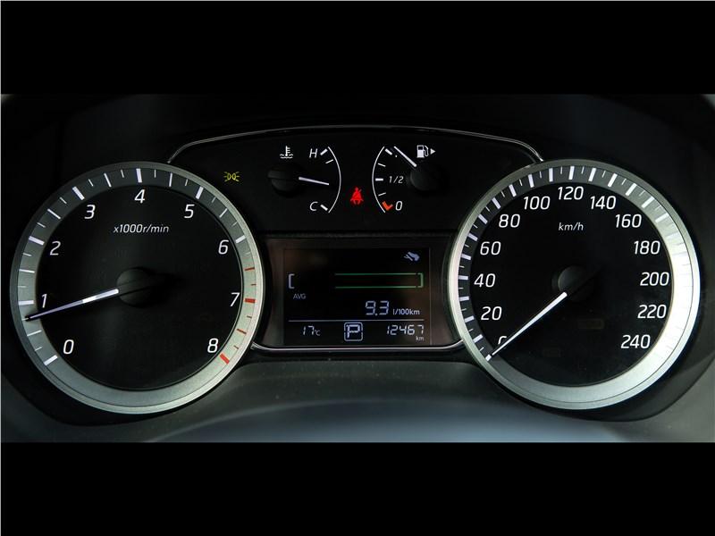 Nissan Tiida 2015 приборная панель