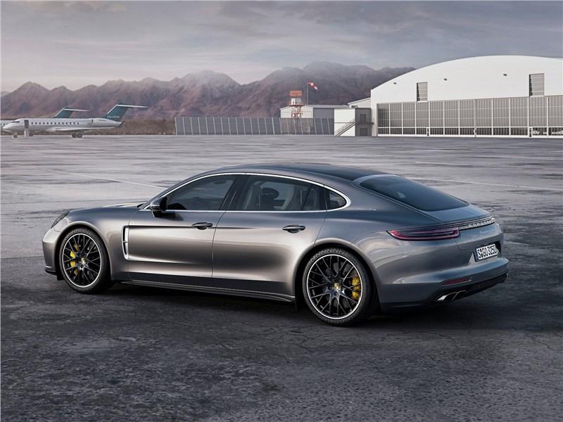Porsche Panamera Executive 2017 вид сбоку сзади