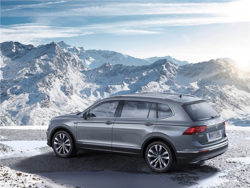 Volkswagen Tiguan Allspace 2018 вид сбоку сзади
