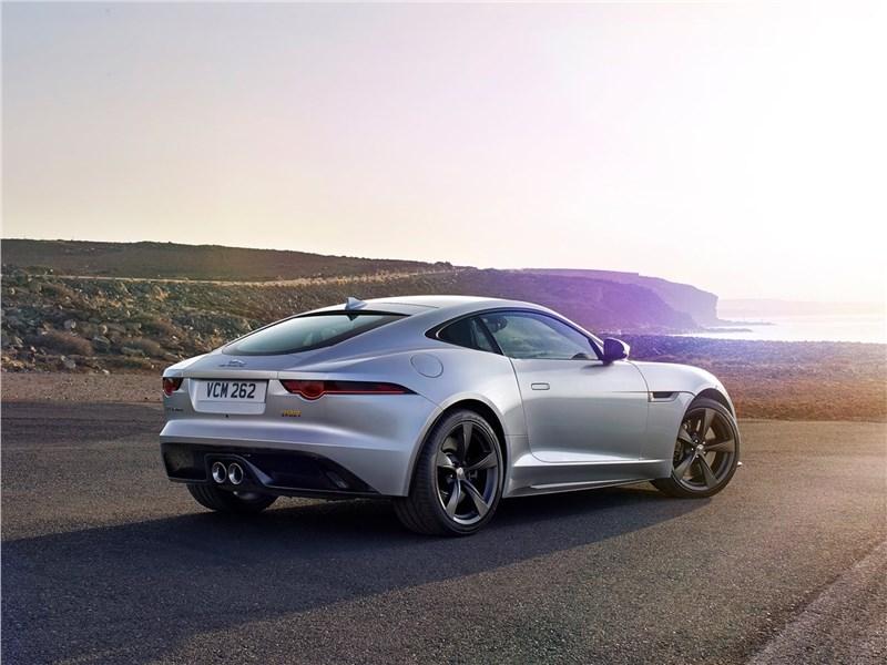 Jaguar F-Type 2018 вид сзади