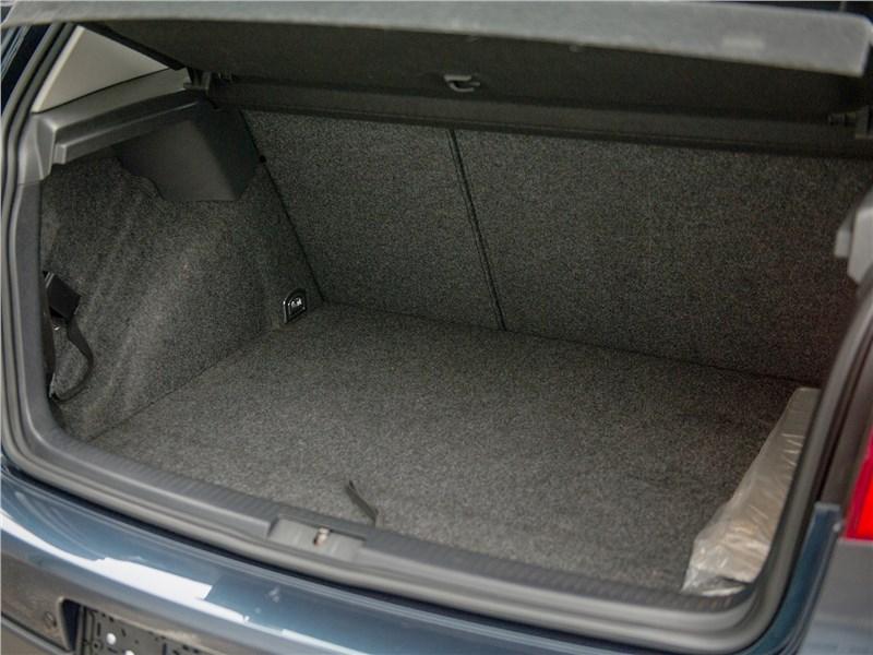 Volkswagen Golf 2003 багажное отделение