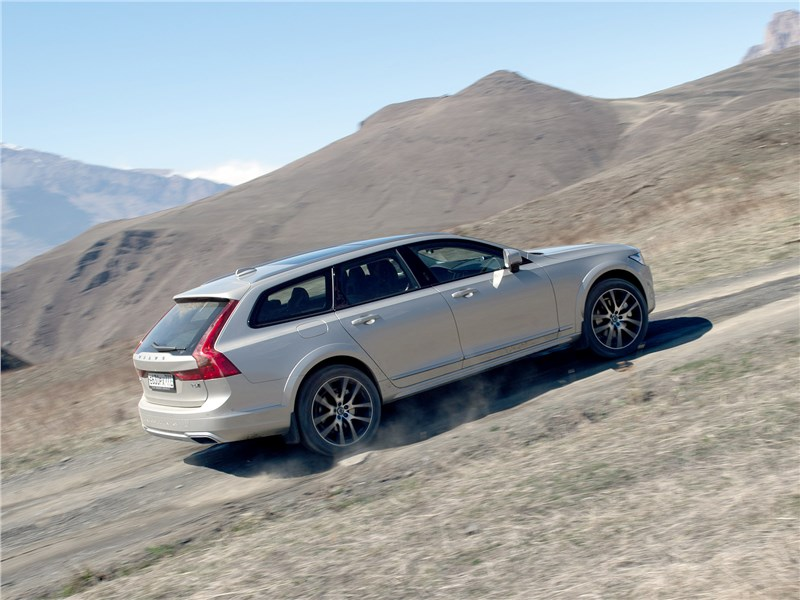 Volvo V90 Cross Country 2017 вверх по склону