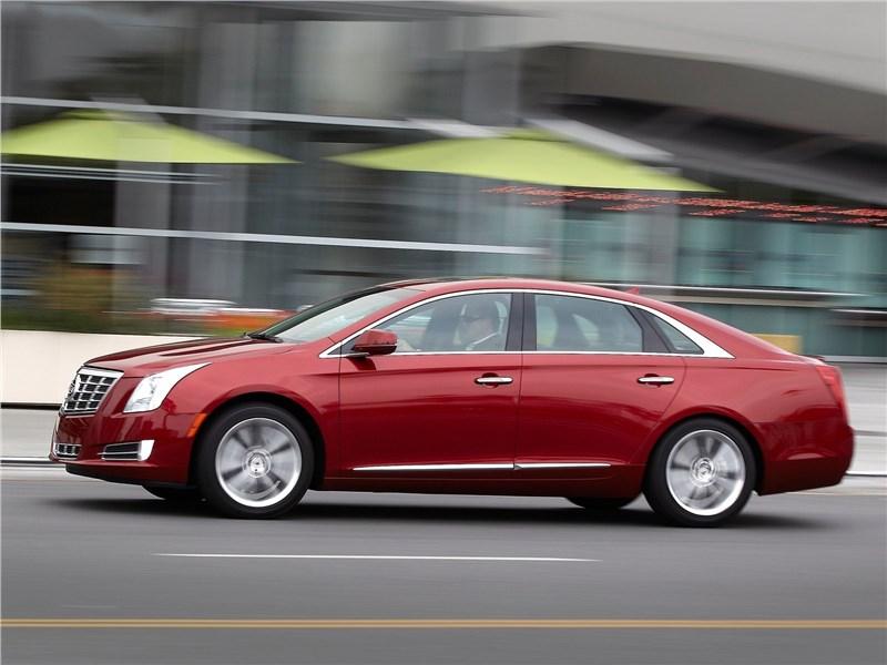 Cadillac XTS 2013 вид сбоку