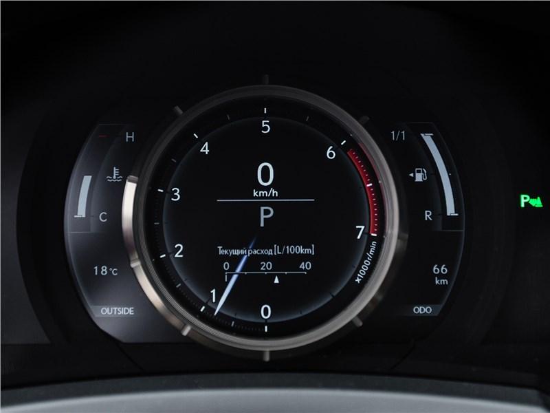 Lexus RC 2015 приборная панель