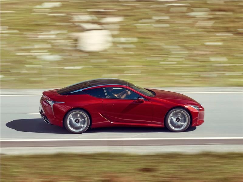 Lexus LC500 2017 вид сбоку