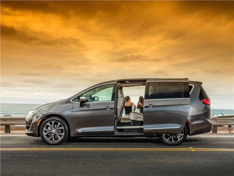 Chrysler Pacifica 2017 вид сбоку