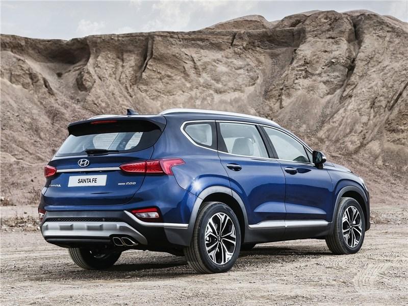Hyundai Santa Fe 2019 вид сбоку сзади