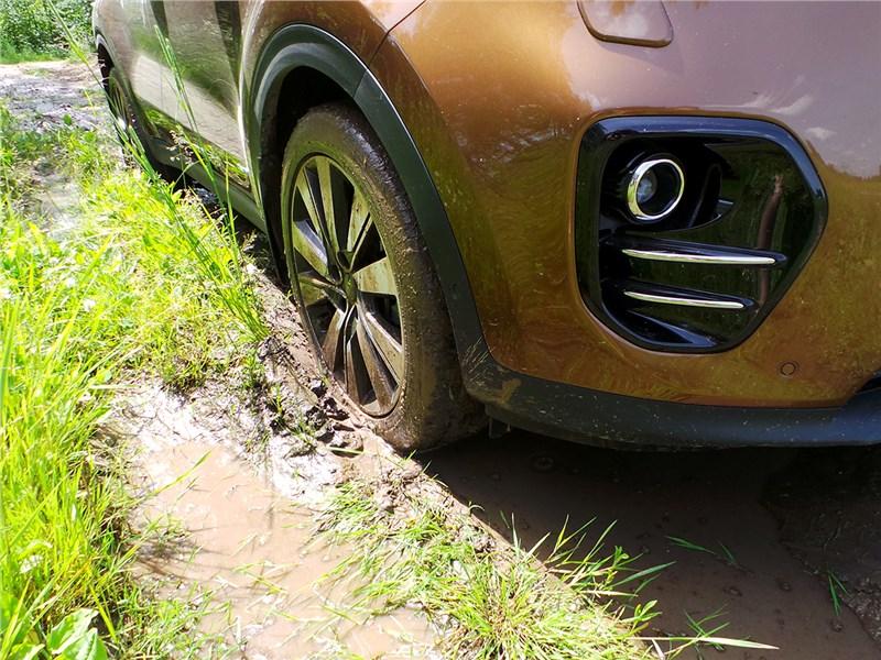 Kia Sportage 2016 на грунтовой дороге