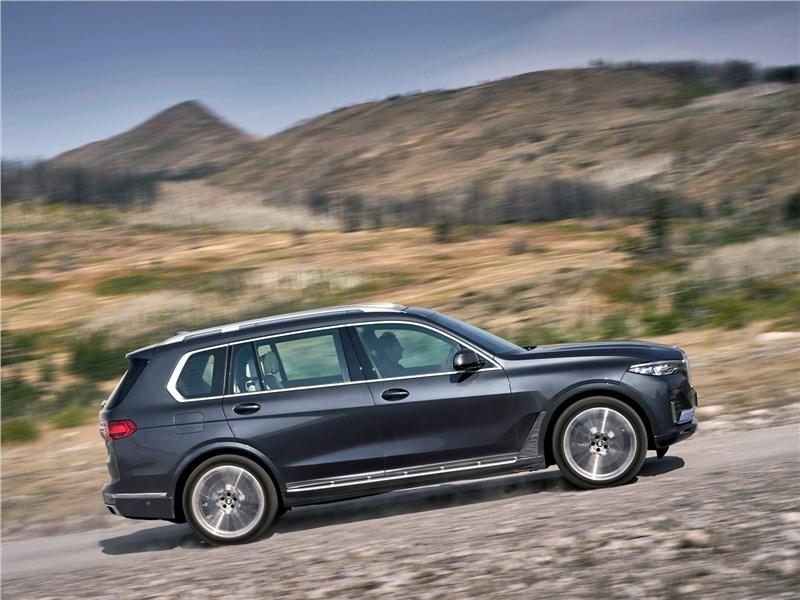 BMW X7 2019 вид сбоку