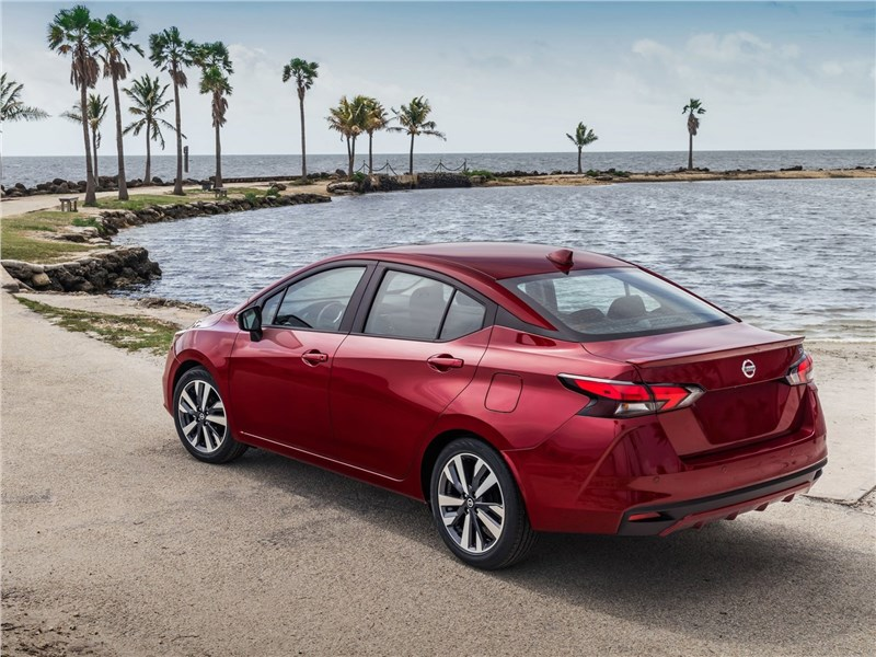 Nissan Tiida 2015 вид сбоку сзади