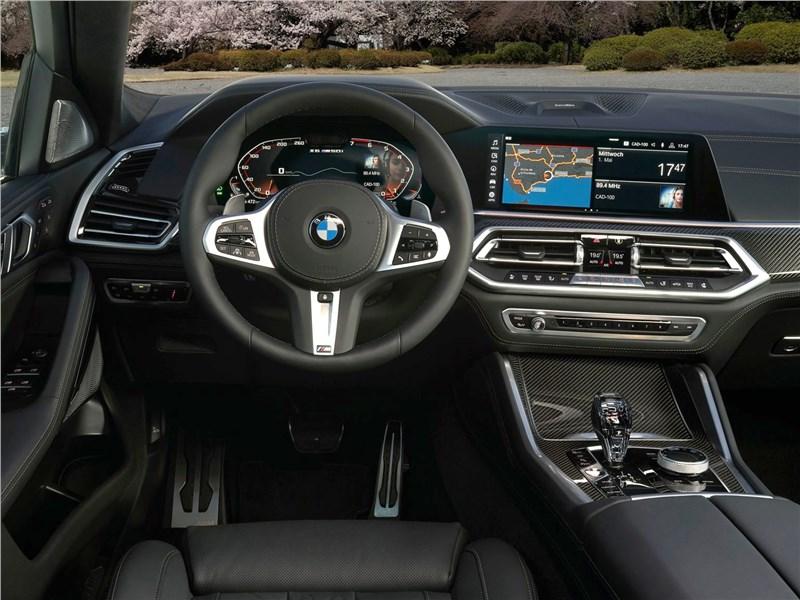 BMW X6 M50i 2020 водительское место