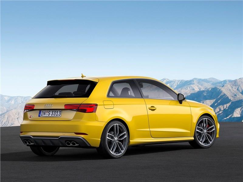 Audi S3 2017 вид сбоку сзади