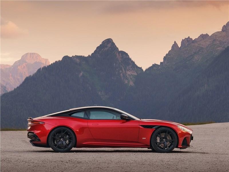 Aston Martin DBS 2019 вид сбоку