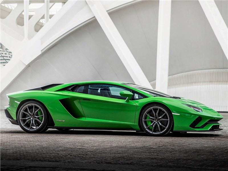 Lamborghini Aventador S 2017 вид сбоку