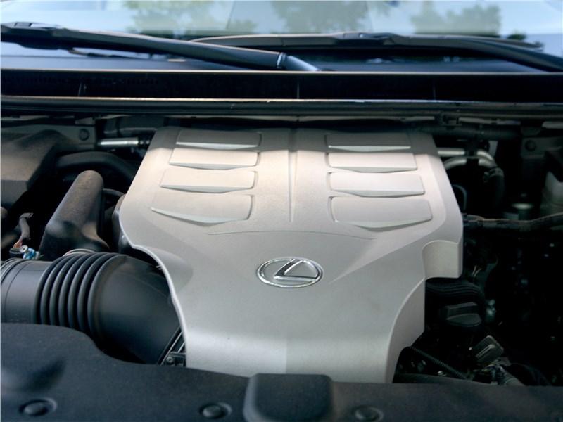 Lexus GX 460 2014 моторный отсек