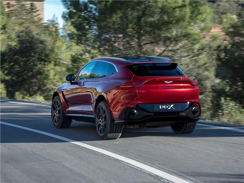 Aston Martin DBX 2021 вид сзади